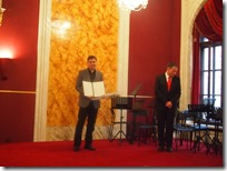 Ravnatelj Anton Burić prima nagradu