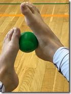 B. Idžojtič, Slika 3 - Valjanje loptice između stopala.