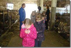 Slika 4. Učenici zatvaraju nos na ulasku u hljev